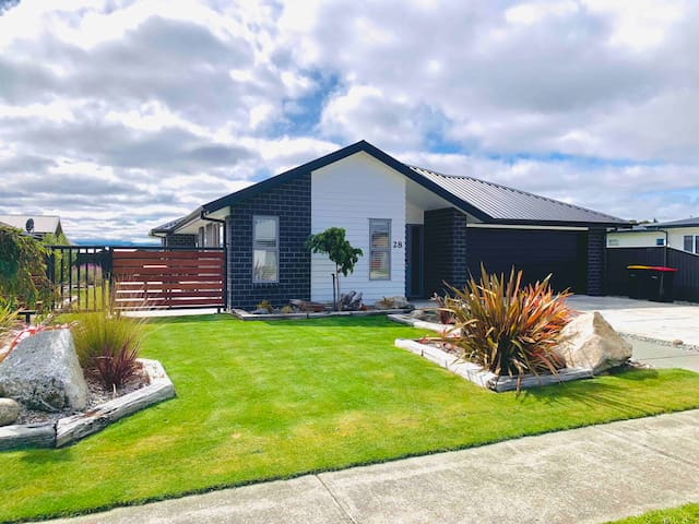NEW modern home - 250m from Lake Te Anau