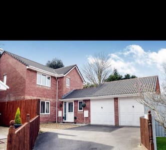 Spacious 4 bed family home with driveway