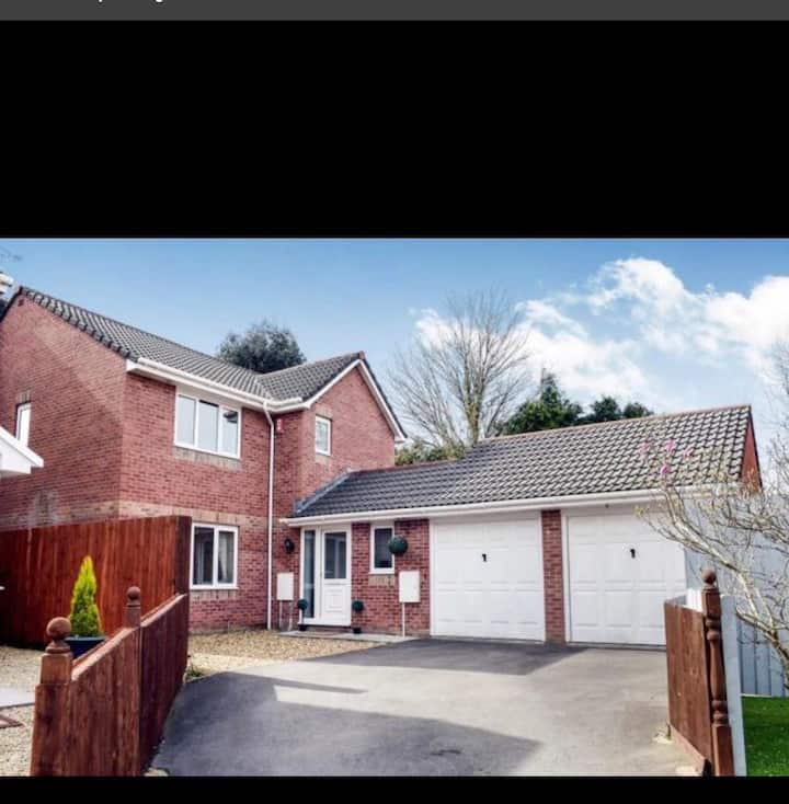 Large 4 bed family home with driveway and garden