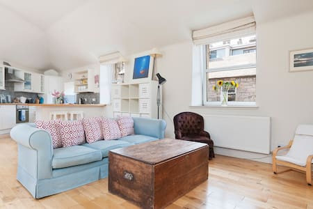 Charming 2 bed house & parking on pretty street