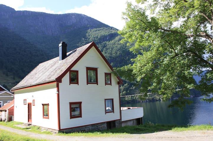 Hus med utsikt over Sognefjorden