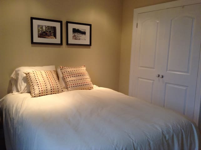 Vibrant Danforth/Broadview Area - Toronto - Bed & Breakfast