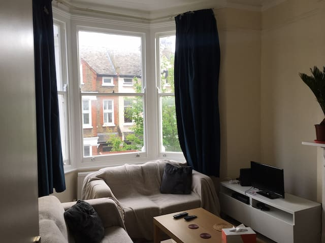 Double Bedroom between Clapham North and Commonn