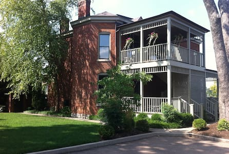 Downtown Victorian Flat - Lexington - Byt