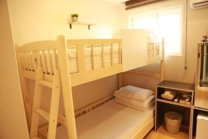 Hi Guesthouse bunker bed room