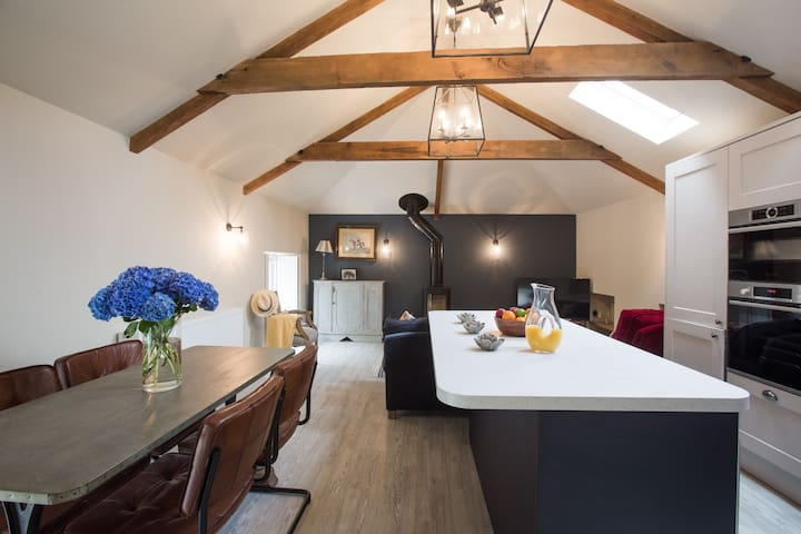 Cosy rural retreat with private terrace & parking