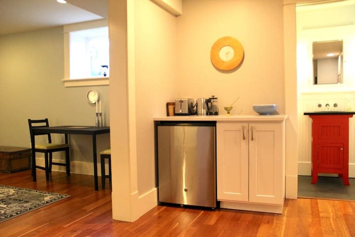 Modern, spacious & bright apartment near Downtown