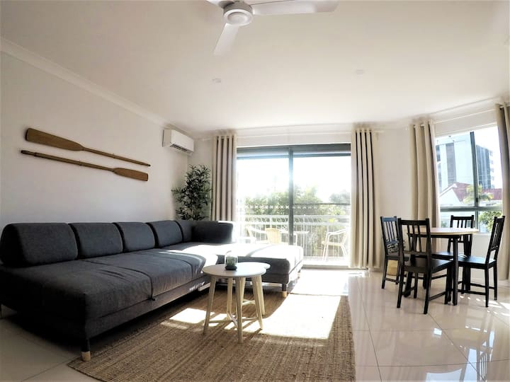Cosy apartment with pool near beach, cafes & shops