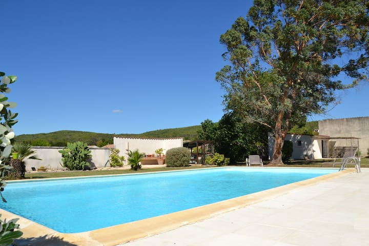 Independent gîte with swimming pool
