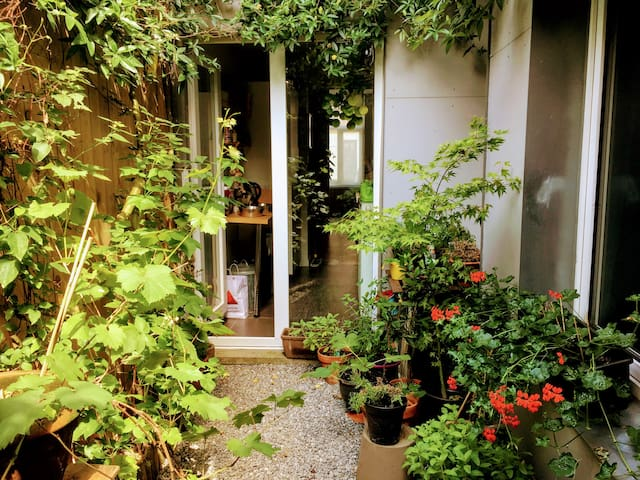 Vintage appartment in lively though queit area