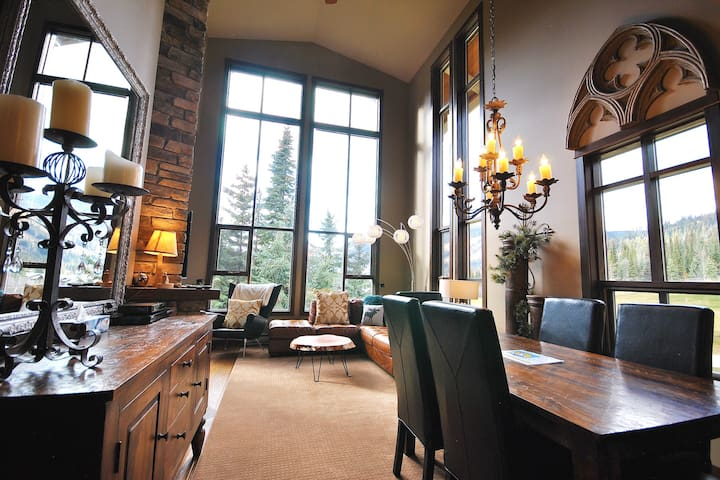 Stone's Throw 8: Gorgeous 3BD w/ Private Hot Tub