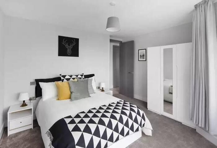 Modern Bright En-Suite Master Bedroom in London