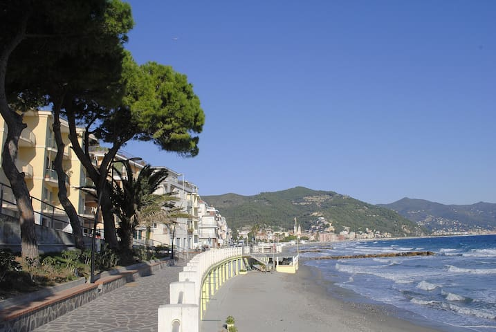 Accommodation beachfront, 3 rooms, courtyard. - Laigueglia - Huoneisto