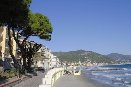 Accommodation beachfront, 3 rooms, courtyard. - Laigueglia