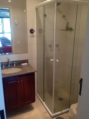 Banheiro Social c/ chuveiro
