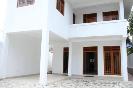 Yuli Nandas Villa - Kiribathgoda Homestay