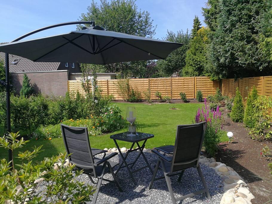 Sitzecke für die Gäste im Garten