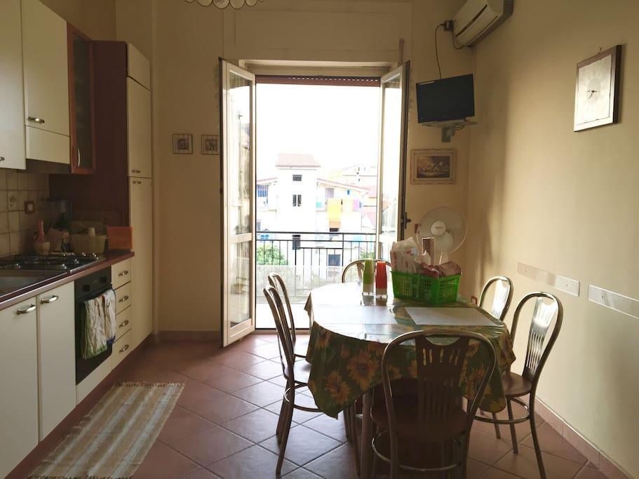 La cucina attrezzatissima per godere di tutti i pasti e le specialità della Campania.