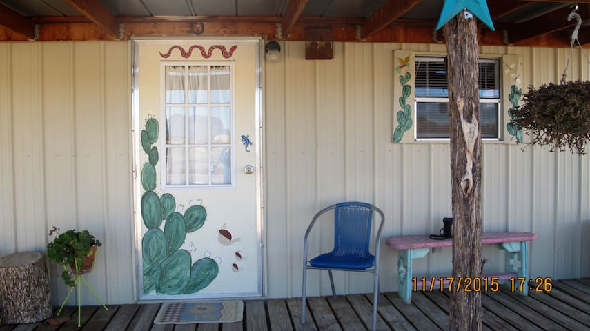 Bee Mountain Cabin #2 - Terlingua - Stuga
