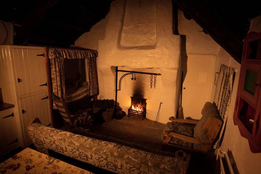 Living area, Fireplace and Traditional kithen bed (nightime)