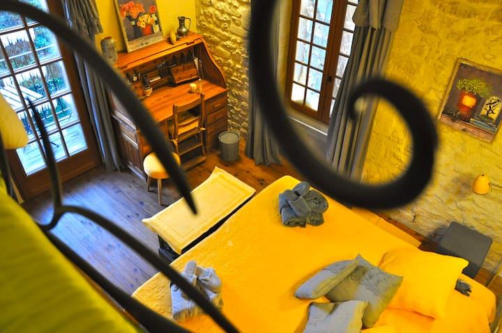 Maisonnette romantique, Balcon et terrasse entrée
