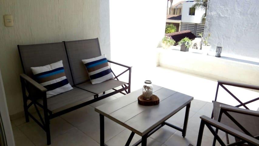 Habitación grande,  baño privado y vista a jardín! - León - Dom
