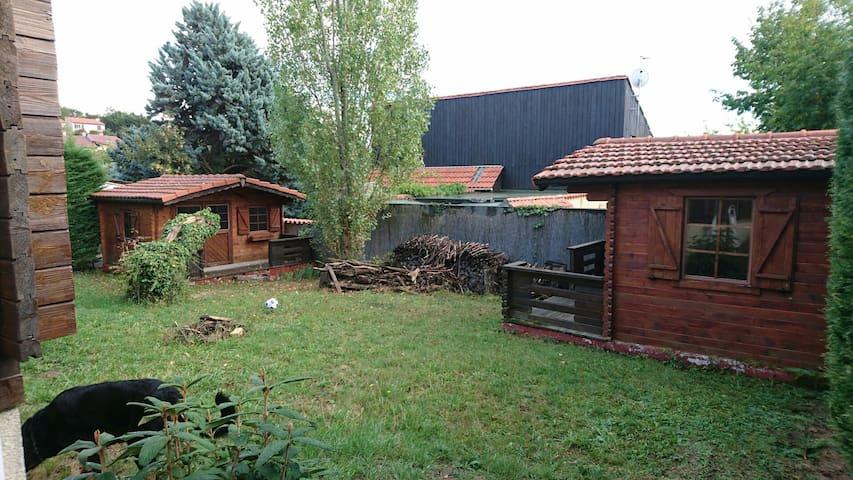 Chambres indépendantes dans jardin - Châtel-Guyon - Dağ Evi