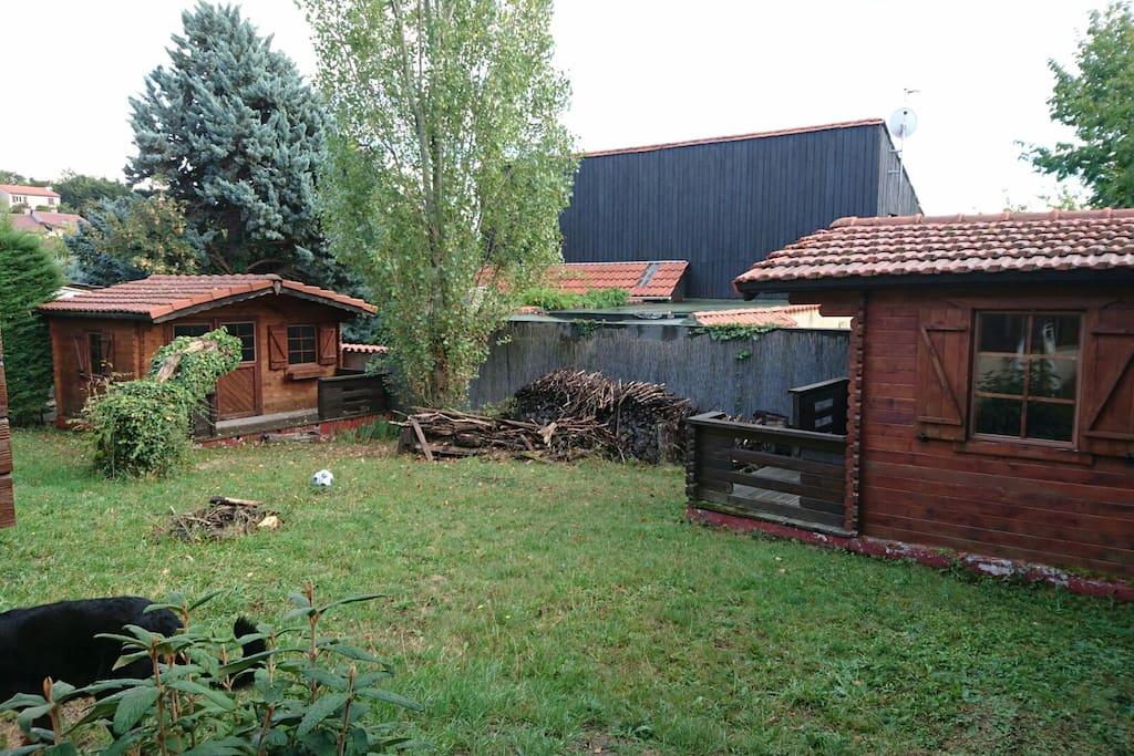 Chambres ind pendantes dans jardin chalets for rent in for Au jardin guest house welkom