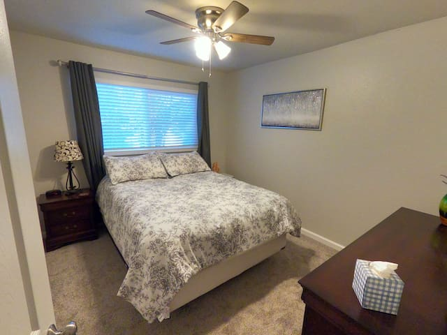 Queen bed in Vacaville, 8 mins to Nut Tree Plaza