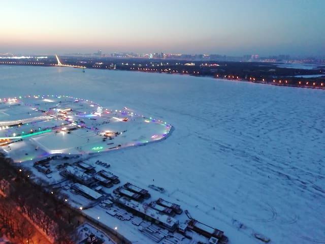 窗外白雪覆盖的松花江和江上游乐场