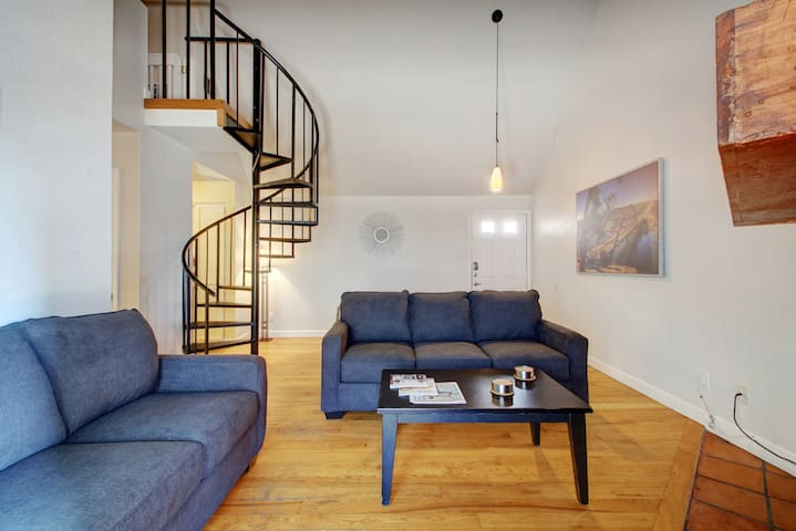 ♥of Downtown w/free parking! Sleeps 10 in 7 beds!♥