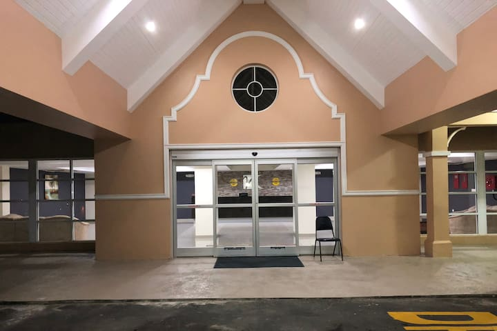 Private modern 1BR F/F pool safe outskirts POS