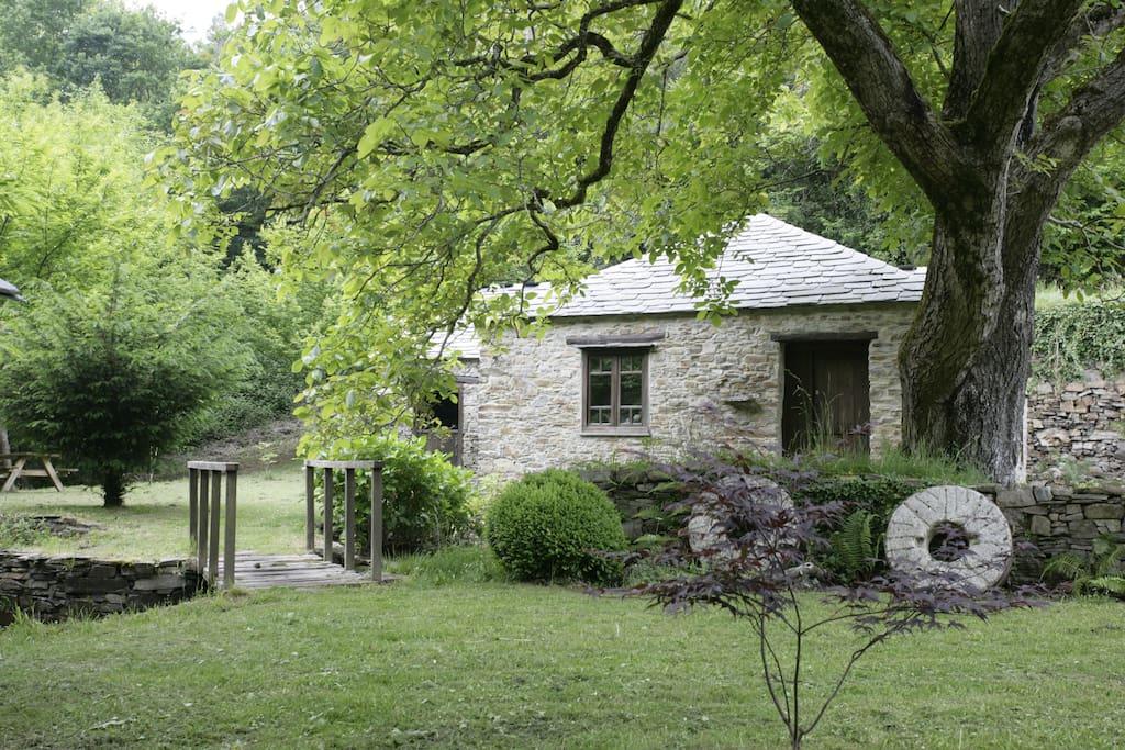 Exterior del molino y jardín
