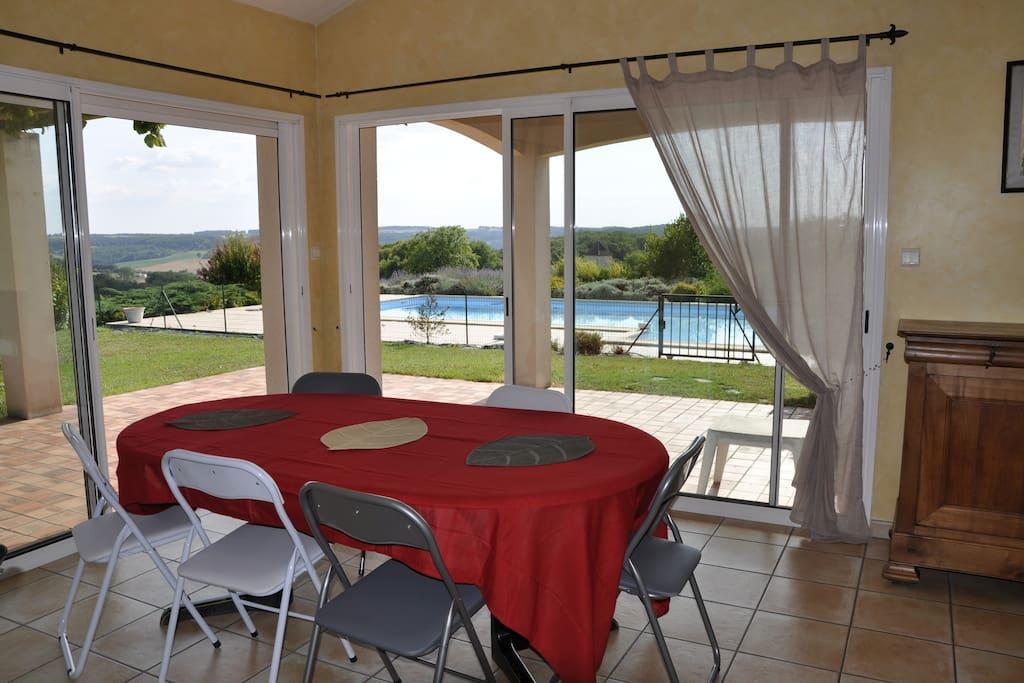 Coin salle à manger donnant sur la piscine
