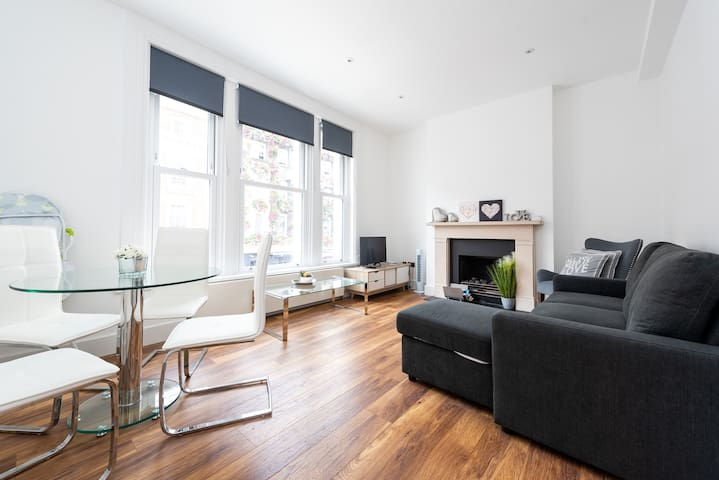 Modern Apartment by Hyde Park (SS2)