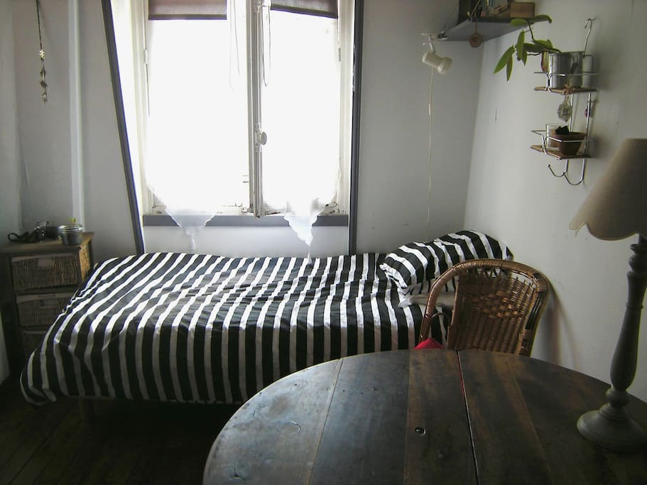 Petit logement sous les toits apartments for rent in for Chambre de bonne paris rent