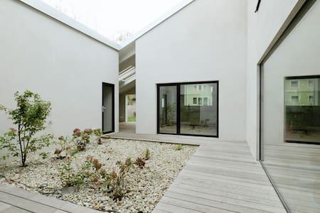 Gemütliches Architektenhaus in Weinort nahe Wien - Rumah