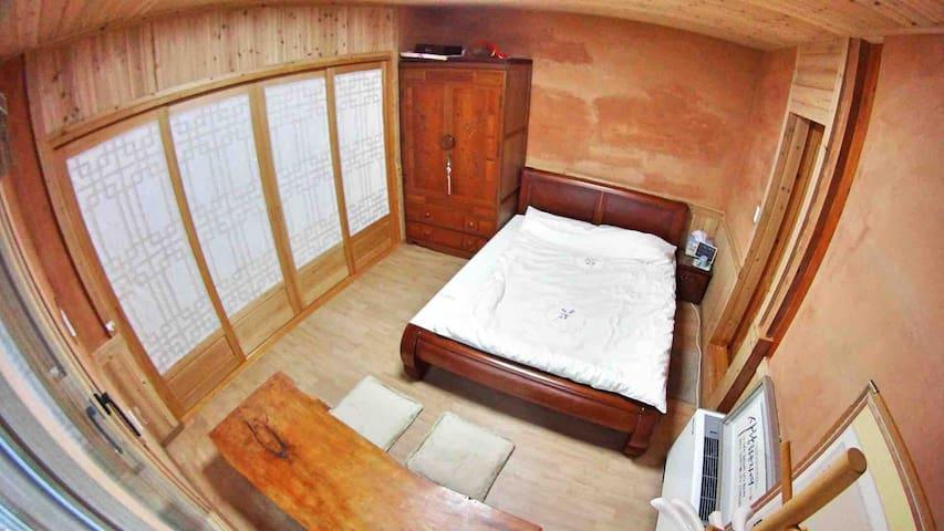 큰방입니다. 돌침대가 있었지만 지금 현재는 방을 넓게 사용하시는게 좋다는 말씀 주셔서 침대를 뺀 상태입니다.