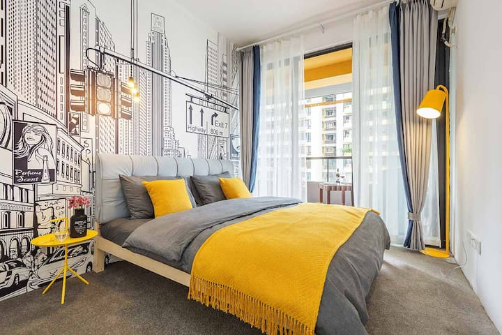 次卧2-带大露台全景大窗江景房,床也是1米八的特大号高品质双人床,配有全新品牌冷暖空调