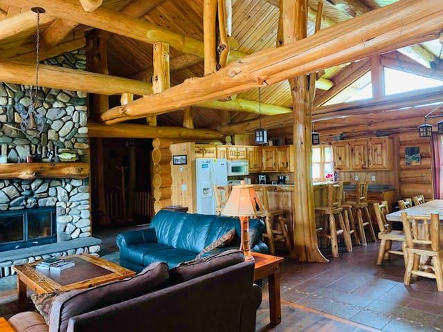 Large secluded log lodge on the lake.  Sleeps 16