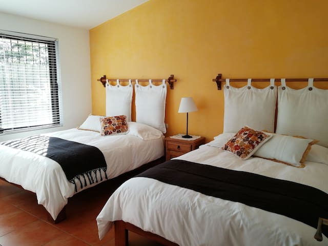 """""""Ave de Paraiso""""  Large room with 2 Queen size beds, closet and washroom"""