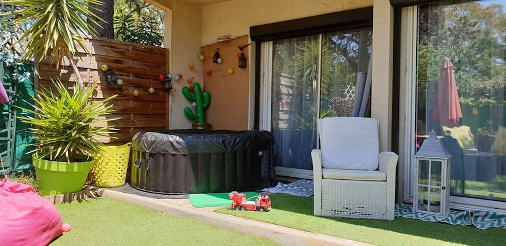 Chambre donnant sur le jardin et spa plages à 4km