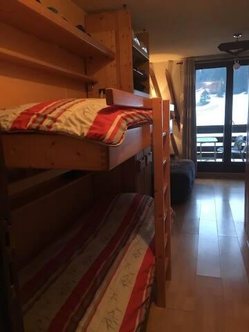Vue de l'entrée et lits superposés ouverts