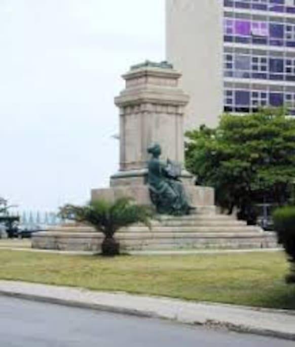 Parque y al Fondo el Edificio del Miniisterio de Relaciones Exteriores de Cuba