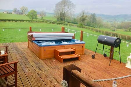Country lodge/cottage with hot tub