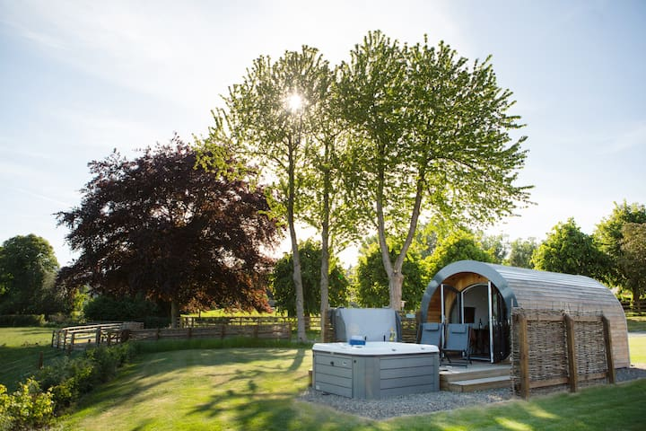 Cosy Glamping Pod with private Hot Tub