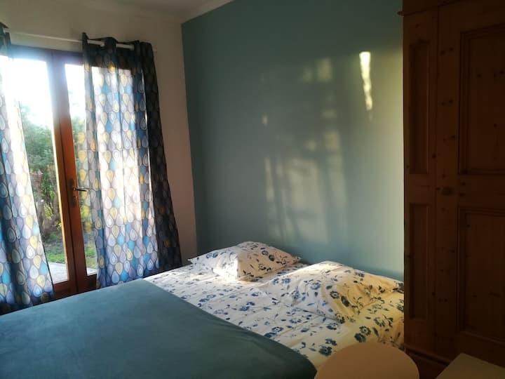 Chambre bleue calme avec vue sur le jardin arboré