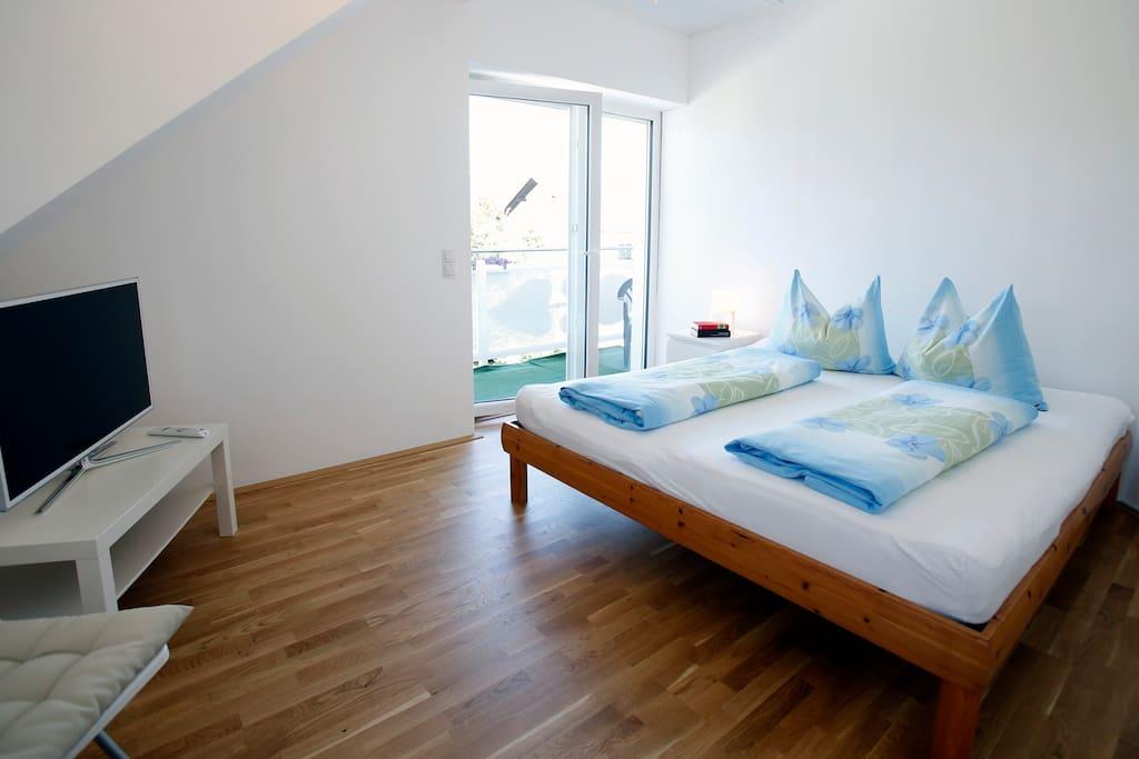 Schlafzimmer 2 mit Balkon zum See