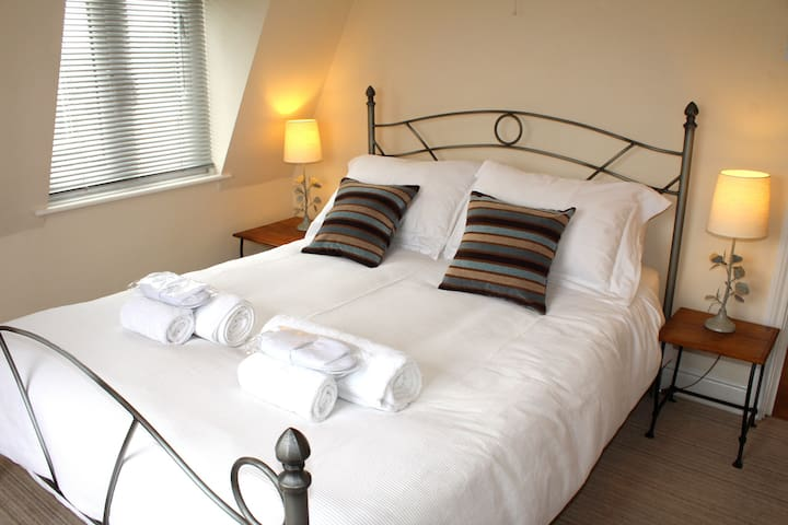 Cotswolds Valleys Accommodation - Exclusive use character one bedroom family holiday apartment