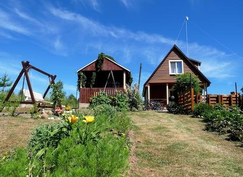 Двухэтажный домик с видом на озеро Ельно.
